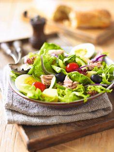 Šalát s tuniakom, vajcom a olivami