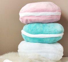 Cute and Easy Decorative DIY Pillow Gift Ideas | www.diyready.com/17-adorable-diy-pillow-ideas/