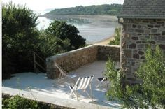 A la recherche de bonnes adresses pour un week-end ressourçant et chaleureux entre amis en Bretagne ? Découvrez Le Gîte Paule Lapicque à Ploubazlanec dans les Côtes-d'Armor ! Une adorable petite maison en pleine nature qui offre une vue magnifique sur la mer !