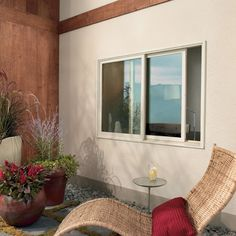 Keukenraam met schuiftechniek. Reden voor deze keuze : Aangezien de afwastafel ter hoogte van het raam zal zitten en is het belangrijk dat het raam gemakkelijk open kan zonder hinder van de kraan. Bovendien kan je een op maat gemaakt vliegenraam in stoppen en de ruimte verfrissen.