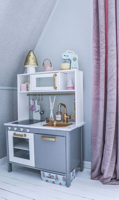 Play kitchen Strategies An Ikea kids' space continues to fascinate the children, since they're offered much more than s Ikea Kids Kitchen, Diy Play Kitchen, Play Kitchens, Kitchen Hacks, Ikea Hack Kids, Hacks Ikea, Diy Kids Furniture, Plywood Furniture, Bedroom Furniture