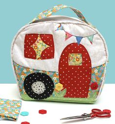 Carry your toiletries, sewing or crafting supplies, the kids toys, anything in this fun Happy Camper Bag. The bag measures approximately x x (not including the straps). Some sewing… Bag Patterns To Sew, Sewing Patterns Free, Pattern Sewing, Pattern Paper, Quilt Patterns, Love Sewing, Sewing Tips, Sewing Tutorials, Sewing Hacks