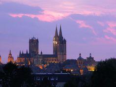 """Catedral de Coutances. Con una altitud de 90 metros, la catedral domina la ciudad de Coutances y es visible, según la leyenda de """"La Hougue Bie"""" desde la isla de Jersey, situada a 40 kilómetros.  Data del siglo XIII, en la fachada tiene dos agujas y un tiburio. Ejemplo típico del gótico normamdo se caracteriza por la pureza de sus líneas."""