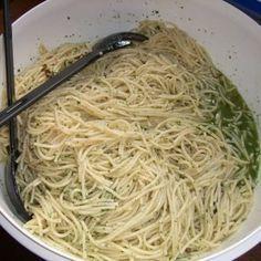 Hallole, :lol: hier kommt ein Spaghettisalat, den meine Kiddis schon mal alleine machen, wenn sie auf ne Party eingeladen sind. Wir essen ihn gerne...