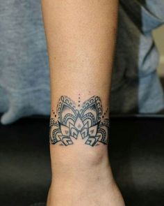 9 Things You Should Know Before Embarking On Tattoo Bracelet Mandala Femme Mandala Wrist Tattoo, Wrist Band Tattoo, Cuff Tattoo, Tattoo Bracelet, Mandala Tattoo Design, Wrist Tattoos, Piercing Tattoo, Body Art Tattoos, Sleeve Tattoos