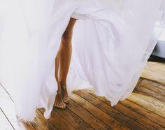 #nogi #weddingshoes #christianlouboutin #weddingchristianlouboutin #nudeshoes #barnwedding #slub #slubnebuty #beze #colornude #crystalshoes #tan #instawedding #instagirl #legs
