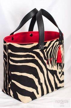 Bag Illustration, Diy Tote Bag, Patchwork Bags, Fabric Bags, My Bags, Handbag Accessories, Purses And Handbags, Fashion Bags, Chiwawa