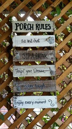 Remember Allie Hamilton's wrap-around porch in The Notebook? Well, it's definitely dreamy, but we have a few more porch ideas that could elevate an outdoor oasis even more. Pallet Crafts, Pallet Art, Pallet Signs, Pallet Projects, Wood Crafts, Diy Projects, Diy Pallet, Casa Patio, Deco Nature