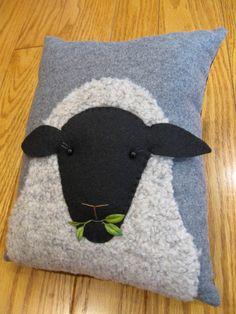 Articles similaires à Les moutons laineux primitif oreiller décoratif sur Etsy. Applique Cushions, Sewing Pillows, Diy Pillows, Decorative Pillows, Fabric Art, Fabric Crafts, Sewing Crafts, Sewing Projects, Motifs Applique Laine