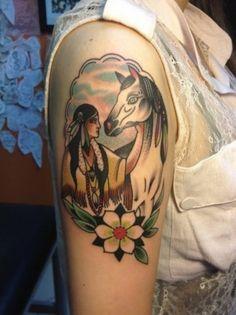 Indiana con cavallo bianco tatuati sul braccio Tatuaggio old school un po' fuori dal comune e dai classici simboli dell'epoca.