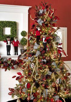 Décorer l'arbre de Noël avec jolies jouets