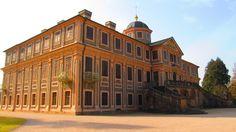 Schloss Favorite wurde von Johann Michael Ludwig Rohrer 1710 bis 1730 in Rastatt-Förch erbaut. Bauherrin war die Markgräfin Sibylla Augusta von Baden-Baden (1675–1733), Witwe des sogenannten Türkenlouis, Markgraf Ludwig Wilhelm von Baden-Baden (1655–1707), die sehr klare Vorstellungen hatte, wie dieses barocke Gesamtkunstwerk mit reicher dekorativer Innenausstattung auszusehen hatte.