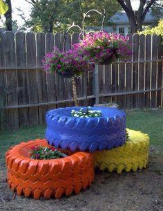 déco jardin DIY en pneus peints en bleu jaune et orange