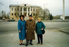 Валентина Зивенко, Сюй Минтан и Елена Вершинина на пешеходном мосту через реку Тура. 1997 год. (фото Чжун Юань Цигун Урал)