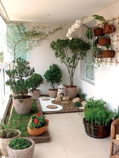 A small balcony garden that looks like a pocket garden. - A small balcony garden that looks like a pocket garden. Apartment Balko … Source by luannetepper - Small Japanese Garden, Japanese Garden Design, Urban Garden Design, Japanese Gardens, Small Gardens, Outdoor Gardens, Roof Gardens, Indoor Outdoor, Outdoor Decor