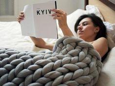 Wer nicht selber stricken will, kann die Chunky-Knit-Decke auch kaufen