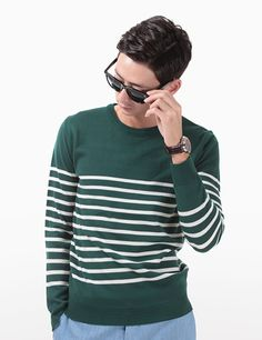 Add a classy accent on your masculine look with this stripe knit lightweight sweater. You can match this piece with cuffed chino shorts and a pair of leather topsider shoes. - Round neck - Long sleeves - Stripe pattern - Wool - Colors: Green/White. Black/White, Navy/White, Purple/White