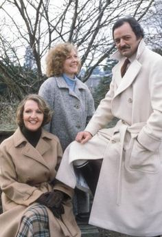 'To the Manor Born' ran from 1979 through starring Penelope Keith as the aristocratic Audrey fforbes-Hamilton, Angela Thorne as Marjory Frobisher, and Peter Bowles as nouvéau ríche Richard DeVére (a/k/a Bedrích Poloüvícka) British Tv Comedies, Classic Comedies, British Comedy, British Actors, Welsh, Penelope Keith, Posh Clothing, Ensemble Cast, Bbc Tv