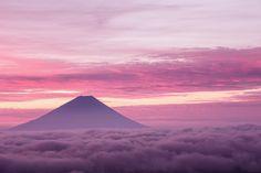 雲海にシルエットをもう一枚。先ほどの富士山が静けさや落ち着きを表すのであれば、この写真は逞しさや激しさを表しているでしょう。空の情景が変わるだけで雰囲気は一変。雲海の色まで変わってきます。