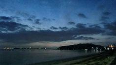 02 Sep. 5:16 夜明け前の博多湾です。 23℃, 湿度97%。