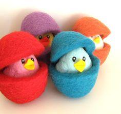 Uova di pasqua con pulcini in feltro // Felt Easter eggs with chicks by Stemellina via it.dawanda.com