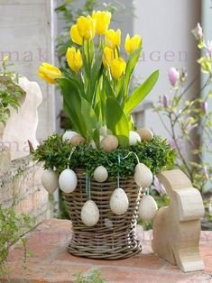 Easter decoration - Basket with Beautiful Yellow Tulips. Easter Flower Arrangements, Easter Flowers, Floral Arrangements, Spring Decoration, Diy Easter Decorations, Easter Gift, Easter Crafts, Decoration Vitrine, Easter Parade