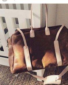 The toffee Sleepover bag, great gift for your traveling partner! Photo @babycouturesa #stonecampleather #momstyle #leatherbag…