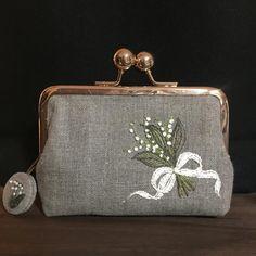 은방울꽃 #무공프레임 #파우치 #미니파우치 #리투아니아린넨 #프랑스자수 #자수타스그램 #반지갑 #카드지갑 #자수수업 #자수 Embroidery Purse, Embroidery Applique, Embroidery Designs, Wool Applique, Applique Patterns, Vintage Jewelry Crafts, Frame Purse, Felt Bows, Purses And Bags