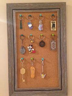Awesome way to display souvenir keychains! Awesome way to display souvenir keychains! Disney Souvenirs, Travel Souvenirs, Souvenir Display, Souvenir Ideas, Diy Keychain, Keychains, Diy And Crafts, Arts And Crafts, Craft Stalls