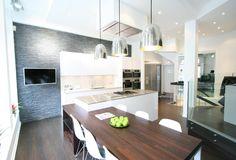 Kivipintainen, tumma seinä tuo mielenkiintoisen lisän modernin keittiön sisustukseen.Klikkaa kuvaa, niin näet tarkemmat tiedot.