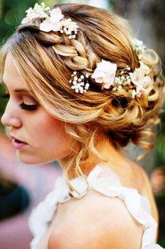 Прическа с ободком из косы, который украшен живыми цветами