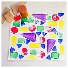 Olha aí uma ideia de pintura com carimbo que é legal para crianças pequenas. Estou pensando em experimentar com a Gabi. Não vai ficar tão perfeito, claro, mas a ideia de usar um brinquedo que está um pouco de lado (os blocos de madeira) de um jeito novo, me agrada muito. É um jeito dos brinquedos antigos ganharem função, sem falar que é uma maneira ótima de trabalhar cores e formas com ela. #tempojunto #brincadeira #brincar