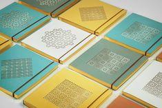#encadernação #padrão #cores #papelaria Diy Notebook, Notebook Design, Print Finishes, Paper Embroidery, Leather Notebook, Handmade Books, Book Binding, Branding, Portfolio Design