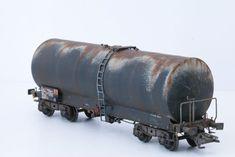 Pratique de la patine sur wagon calorifugé (échelle HO). Reproduction de la rouille qui se forme sur un wagon dans la réalite. Train Ho, Train Miniature, Weather Models, Ho Scale, Model Trains, Cannon, Scale Models, Diorama, Scenery