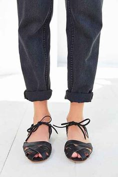 Black Woven Flats and Cuffed Jeans Sock Shoes, Cute Shoes, Me Too Shoes, Shoes Sandals, Heels, Minimal Chic, Clutch, Look Chic, Mode Inspiration