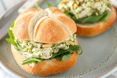 Chicken pesto salad sandwich – Great for lunch! – Tasty and Simple - Sandwich Easy Smoothie Recipes, Easy Healthy Recipes, Easy Meals, Croissant Sandwich, Sandwiches, Salat Sandwich, Tostadas, A Food, Good Food