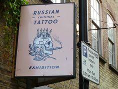 Una volta a Londra aveva visitato  una mostra di foto di tatuaggi di mafiosi russi e aveva guardato  quelle immagini come se appartenessero a una cultura  antica e malvagia. Erano patetici. Mostruosamente patetici.