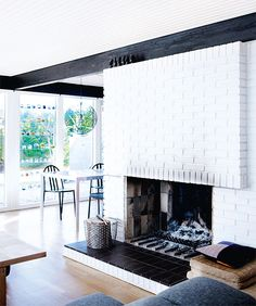 painted brick w/ cushions Scandinavian Interior, Scandinavian Style, Painted Brick Fireplaces, Black Fireplace, Downton Abbey, Betta, Foyer, Cushions, Living Room