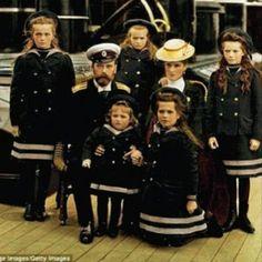 Die russischen Prinzessinnen Olga (1895-1918) Tatiana (1897-1918) Marija (1899-1918) und Anastasia (1901-1918) mit ihrem kleinen Bruder Alexei (1904-1918) und ihren Eltern Alexandra (1872-1918) und Zar Nikolaus II. (1868-1918). #Jugendstil#russia#russland#moskau#moscow#otma#otmaa#20jahrhundert#20thcentury by beautifuldresses_de