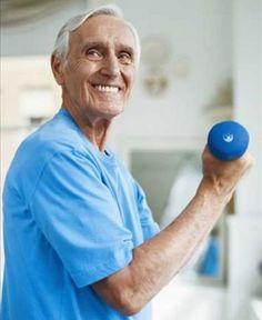 Homem idoso fazendo exercício resistido - foto: Getty Images
