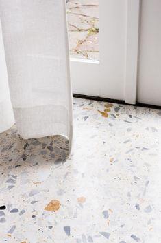 Terazzo tegel - terrazzo - Home Terrazo Flooring, Stone Flooring, Flagstone Tile, Black Interior Doors, Terrazzo Tile, Farmhouse Flooring, Decor Inspiration, Floor Design, Bathroom