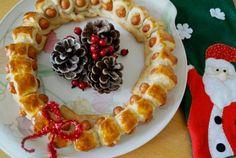 Deze eetbare kerstkrans is superleuk om samen met de kids te maken. Het is namelijk heel gemakkelijk om te maken en ook nog eens in een mum van tijd klaar. Je kunt de krans zo groot maken als je zelf wil. Leg de krans op een bord en leg er wat kerstversiering omheen. Zo heb je een heel leuk hapje voor tijdens de kerstdagen. Bereidingstijd: 15 min, Wachttijd: 20 min