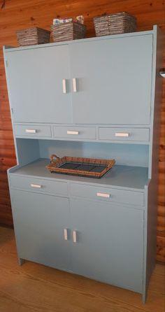 The Emännänkaappi #astiakaappi #diy Cozy House, Nostalgia, Kitchen Cabinets, Times, Retro, Furniture, Home Decor, Historia, Decoration Home