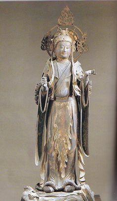 【京都・三十三間堂/大弁功徳天(二十八部衆)(鎌倉)】国宝。木造彩色、玉眼、截金。167cm。通常吉祥天と呼ばれる。ヒンズー教のラクシュミー女神。唐装で両手を胸の辺りへ上げた穏やかな表情の像。剣や宝珠等持物があったと推察される。