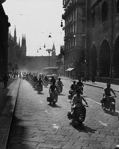 Vespa o Lambretta? Piaggio Vespa, Vespa Lambretta, Italian Scooter, Full Throttle, Sportbikes, Urban Life, Sexy Cars, Vintage Photos, Milan