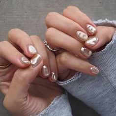 The advantage of the gel is that it allows you to enjoy your French manicure for a long time. There are four different ways to make a French manicure on gel nails. The choice depends on the experience of the nail stylist… Continue Reading → Minimalist Nails, Cute Nails, Pretty Nails, Hair And Nails, My Nails, Nail Art Designs, Uñas Diy, Nailart, Pearl Nails