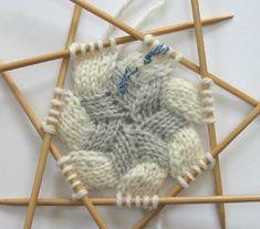 2列目終了 Beginner Knitting Projects, Knitting For Beginners, Knitting Stitches, Knitting Patterns, Knitted Bags, Crochet Lace, Embroidery Patterns, Arts And Crafts, Handmade