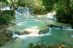 Découverte de Kuang Si Waterfall, magnifiques cascades à l'eau turquoise, à 23 km de Luang Prabang, au Laos. Un petit paradis sur terre pour rêver en bleu !