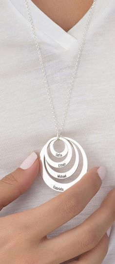 Buy Jewelry for Moms - Three Disc Necklace in Sterling Silver from MyNameNecklace Canada! Our personalized jewelry is the perfect gift for every occasion Stamped Jewelry, Wire Jewelry, Jewelry Crafts, Jewelery, Silver Jewelry, Mother Day Gifts, Gifts For Mom, Personalized Jewelry, Handmade Jewelry