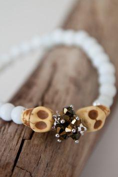 Armbånd med hvite perler og gule sculls
